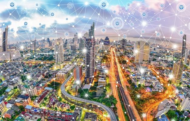 Cidade moderna ao entardecer com conexão de rede e comunicação sem fio