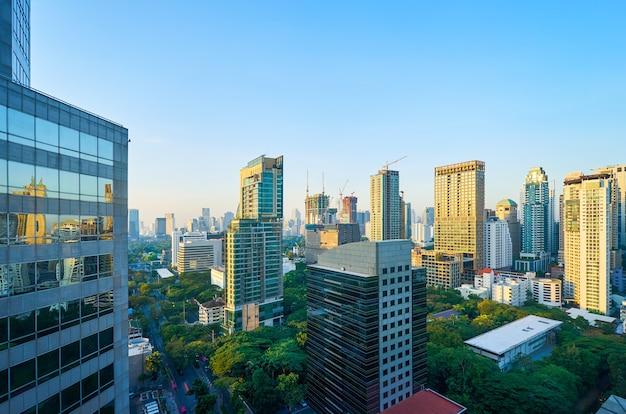 Cidade moderna e prédios altos, centro comercial. cena matinal de bangkok.