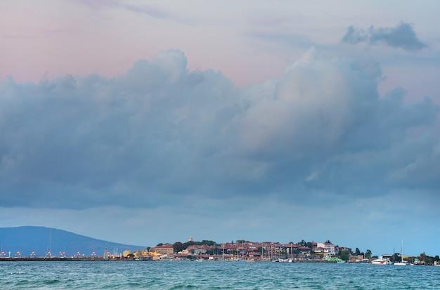 Cidade no mar e céu nublado