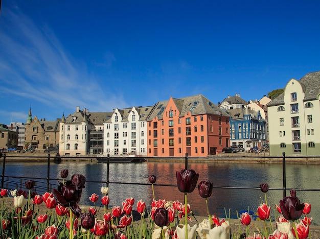 Cidade norueguesa de alesund no verão, lugares bonitos na escandinávia,