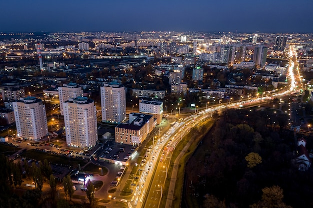 Cidade noturna fotografada do ar.