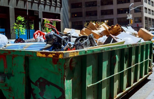 Cidade nova iorque, manhattan, sobre, fluir, lixeiras, sendo, cheio, com, lixo