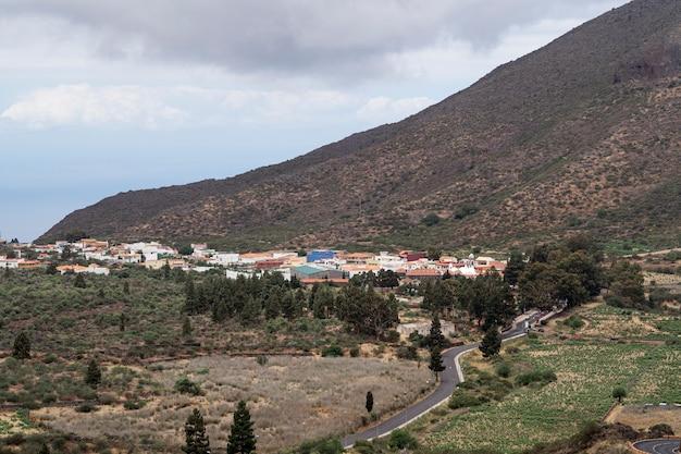 Cidade pequena com montanha no fundo