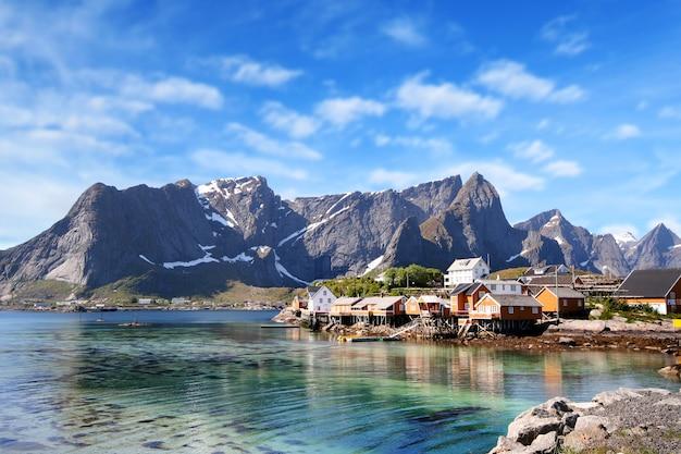 Cidade pequena, de, hamnoy, perto, lofoten, em, noruega, com, céu azul