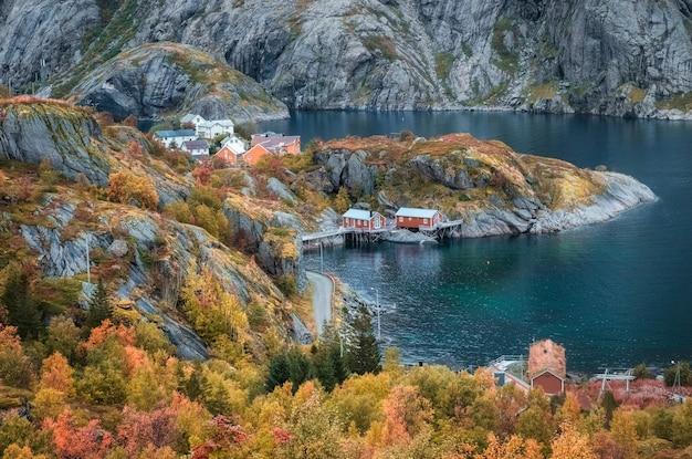 Cidade pesqueira de nusfjord, fiorde e mar da noruega, ilhas lofoten em outono dourado