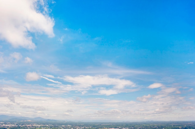 Cidade sob o céu azul.