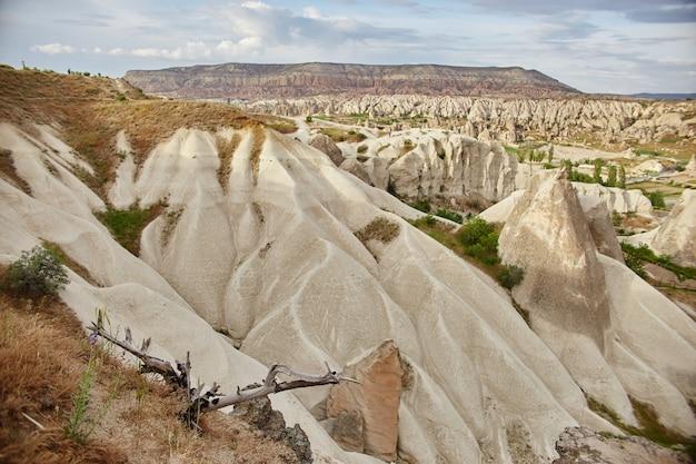 Cidade subterrânea da capadócia dentro das rochas, a antiga cidade de pilares de pedra. paisagens fabulosas das montanhas da capadócia goreme, turquia