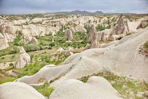 Cidade subterrânea da capadócia dentro das rochas, a velha cidade de pilares de pedra