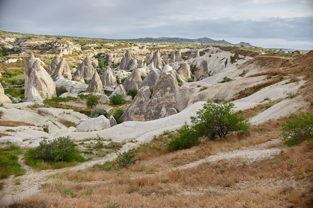 Cidade subterrânea da capadócia dentro de rochas, antiga cidade de pilares de pedra. paisagens fabulosas das montanhas da capadócia goreme, turquia