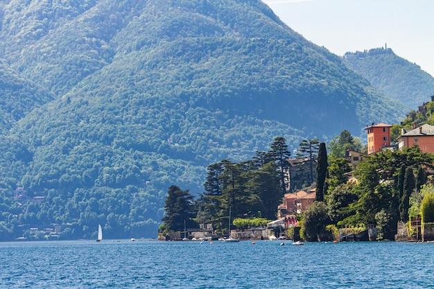 Cidade torriggia no lago como, na itália