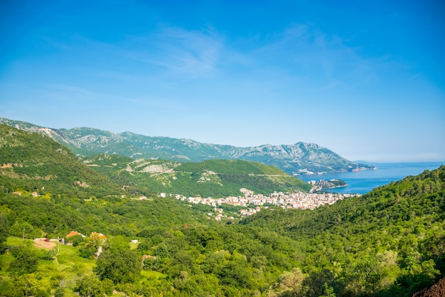 Cidade turística de budva em montenegro.