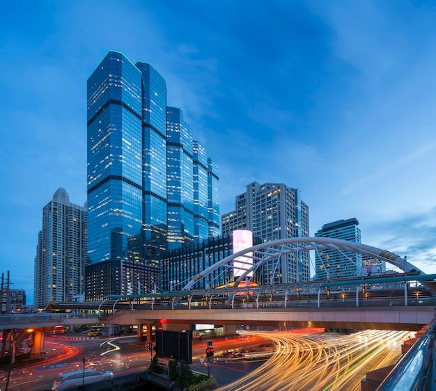 Cidade urbana com tráfego de bangkok à noite