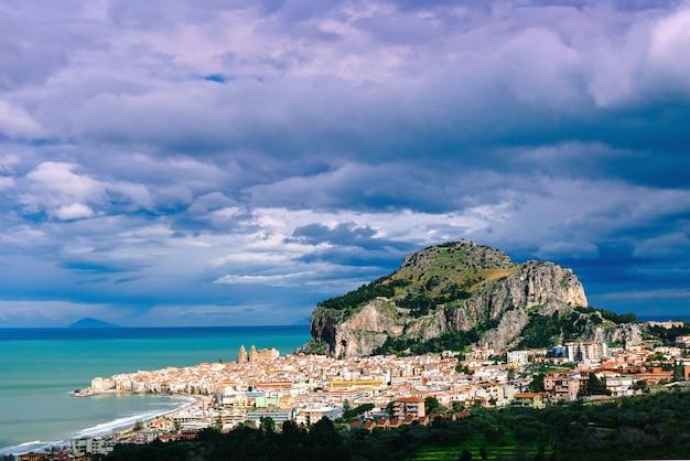 Cidade velha à beira-mar, montanhas baixas