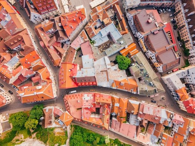 Cidade velha, castelo e torres medievais de tallinn, na estônia, com planícies raekoja sob a luz do sol