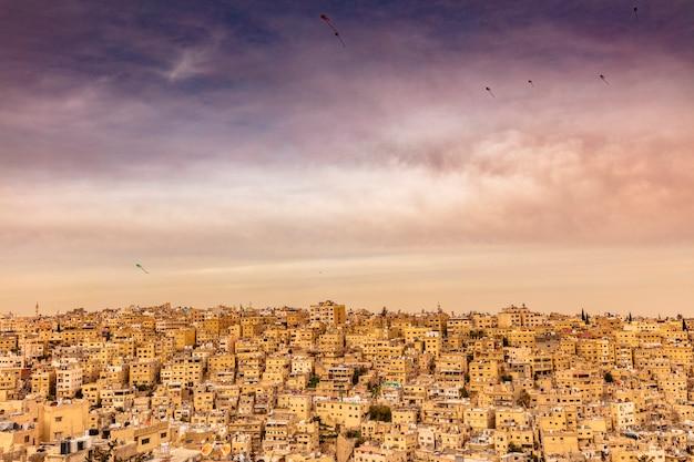 Cidade velha de amã com pipas