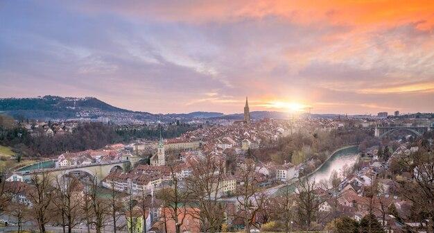 Cidade velha de berna, capital da suíça na europa ao entardecer