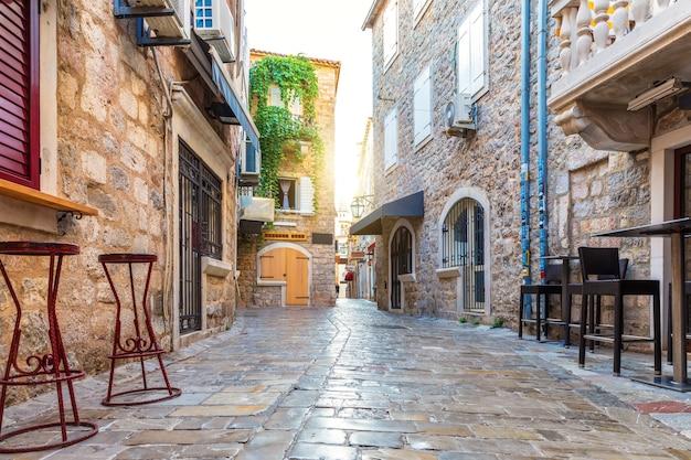 Cidade velha de budva e edifícios tradicionais de montenegro.