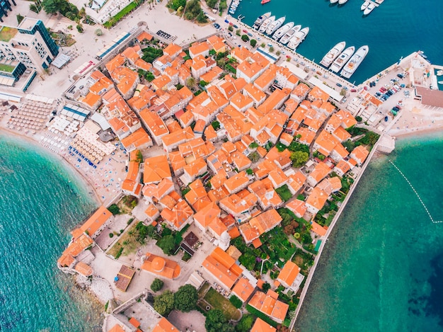 Cidade velha de budva em montenegro, na costa do adriático, vista aérea