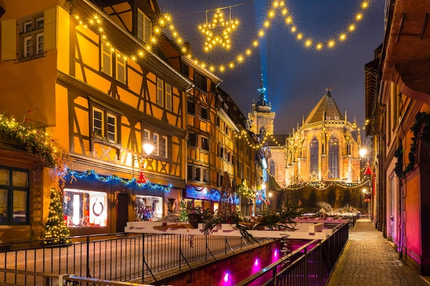 Cidade velha de colmar decorada e iluminada para o natal