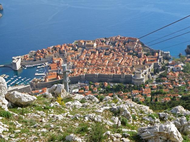 Cidade velha de dubrovnik como visto da cume do monte. srd, croácia