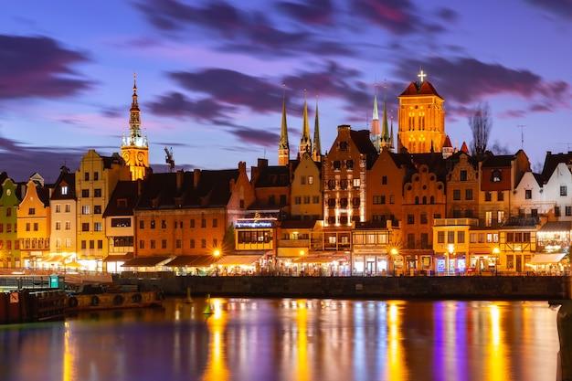 Cidade velha de gdansk, dlugie pobrzeze, bazylika mariacka ou igreja de santa maria, prefeitura e rio motlawa à noite