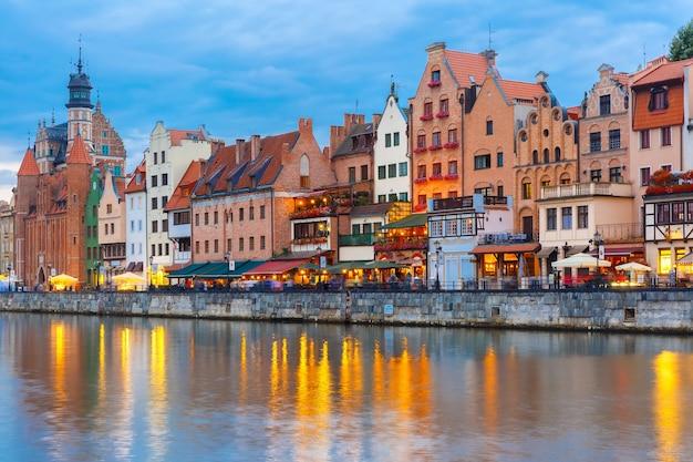 Cidade velha de gdansk, dlugie pobrzeze e rio motlawa à noite