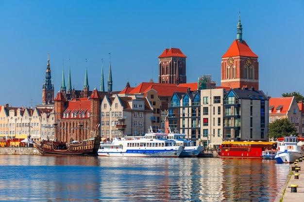 Cidade velha de gdansk, dlugie pobrzeze e rio motlawa pela manhã