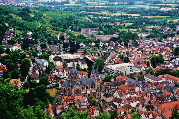 Cidade velha de heppenheim, cercada por bosques e vista do castelo da cidade