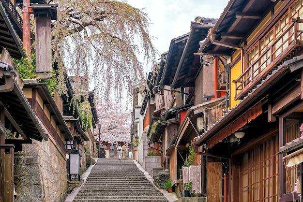 Cidade velha de kyoto, distrito de higashiyama durante a temporada de sakura no japão