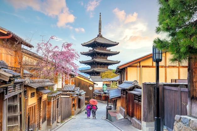 Cidade velha de kyoto durante a temporada de sakura no japão.