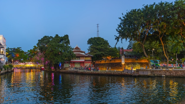 Cidade velha de melaka à noite. rio malaca iluminado no crepúsculo. patrimônio mundial da unesco, malásia