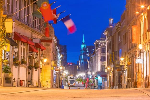 Cidade velha de montreal nas famosas ruas de paralelepípedos ao entardecer no canadá