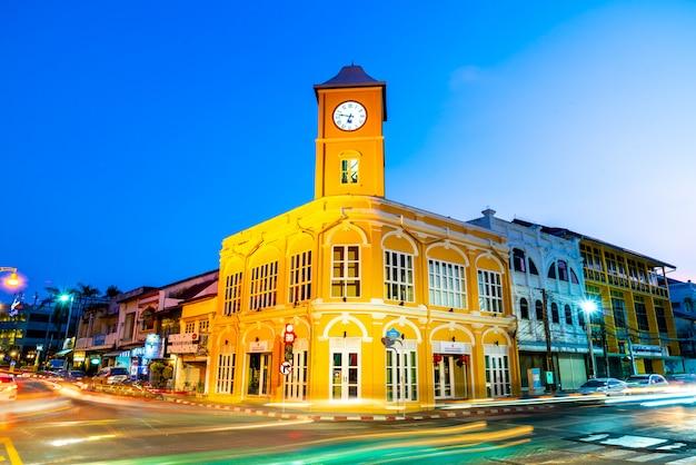 Cidade velha de phuket com edifícios antigos em estilo sino português