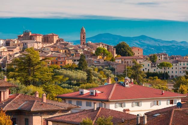 Cidade velha de siena em um dia ensolarado na toscana, itália