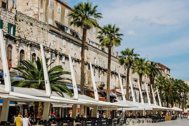 Cidade velha de split, cidade medieval, com ruas cheias de turistas e edifícios religiosos.