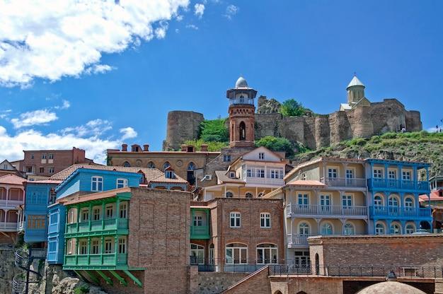 Cidade velha de tbilisi, geórgia. vista na igreja e na mesquita.
