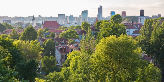 Cidade velha de vilnius e arranha-céus de new centre, lituânia, estados bálticos