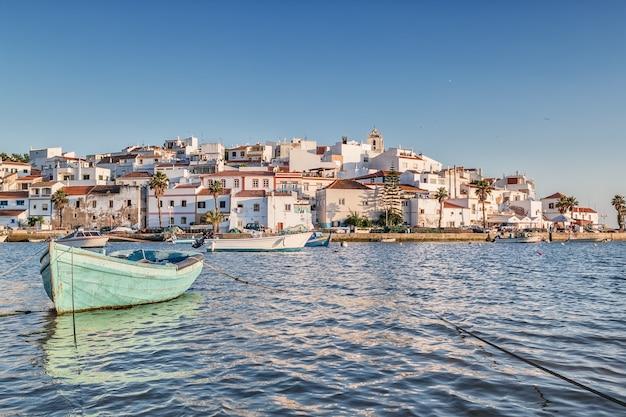 Cidade velha do mar de ferragudo. com o barco em primeiro plano.