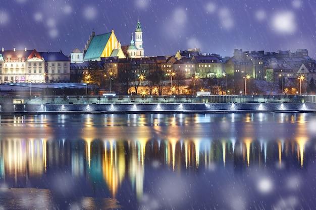 Cidade velha e o rio vístula à noite em varsóvia, polônia.