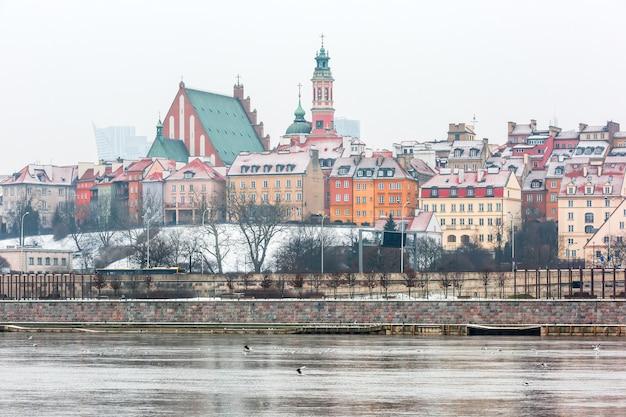 Cidade velha e rio vistula em varsóvia, polônia.