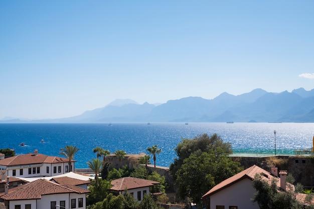 Cidade velha kaleici com telhados vermelhos na costa do mediterrâneo