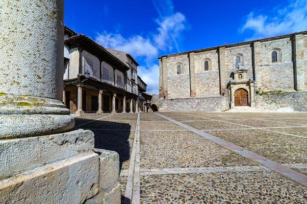 Cidade velha medieval com casas de pedra, portas e janelas antigas, ruas de paralelepípedos e uma atmosfera pitoresca. atienza, guadalajara, espanha. europa.
