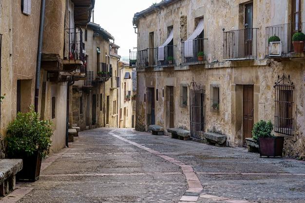 Cidade velha medieval com casas de pedra, portas e janelas antigas, ruas de paralelepípedos e uma atmosfera pitoresca. pedraza, segovia, espanha, europa.