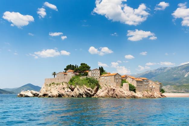 Cidade velha na ilha na costa do adriático
