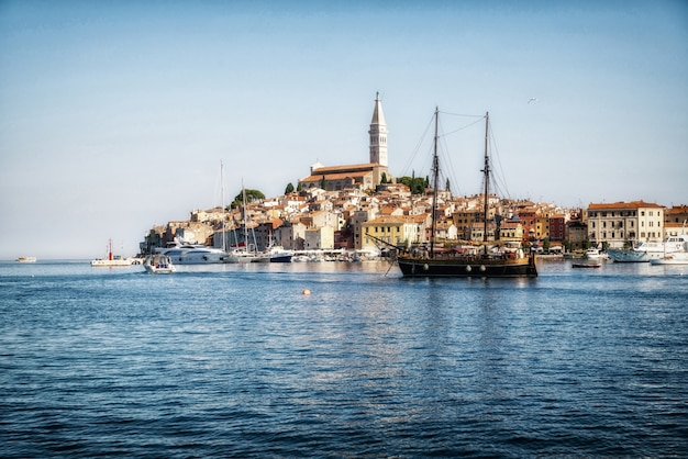 Cidade velha romântica de rovinj na croácia, europa.