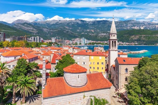 Cidadela e a torre da igreja de são joão batista, vista aérea da cidade velha de budva, montenegro.