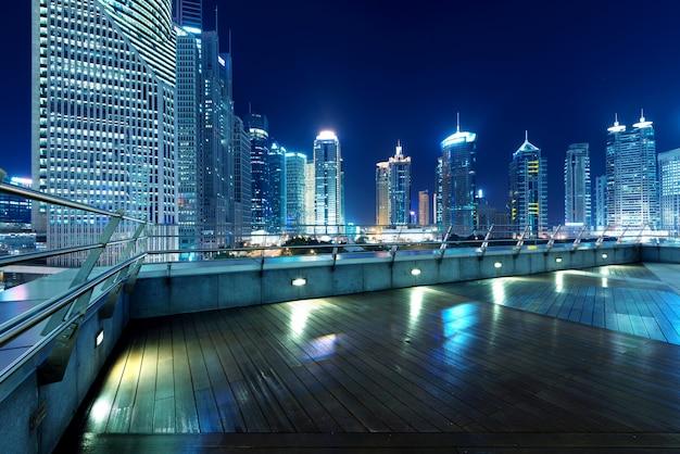 Cidades de arranha-céus à noite