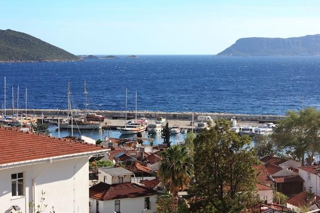 Cidades mediterrâneas na praia com telhados vermelhos. porto iate, em, kas, peru
