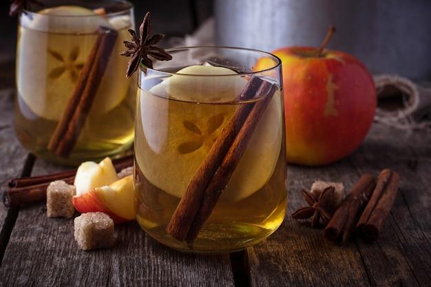 Cidra de maçã com canela. foco seletivo