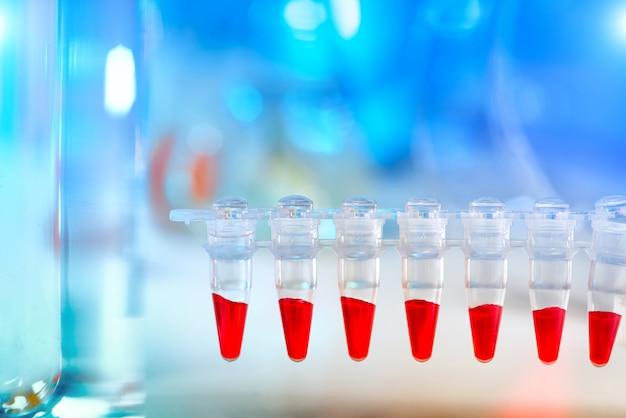 Científico com espaço de texto em azul e vermelho
